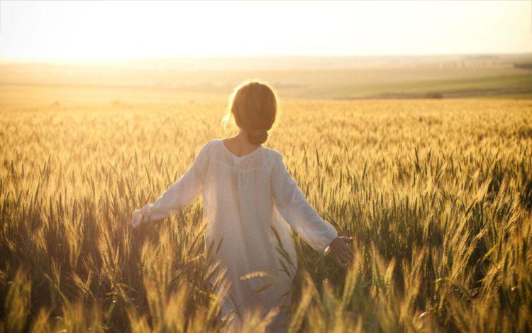 7036552-woman-walk-in-cornfield-e1519496630982